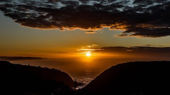 This image has an empty alt attribute; its file name is Victoria-Bay-Golden-Sunrise-_350-197.jpg